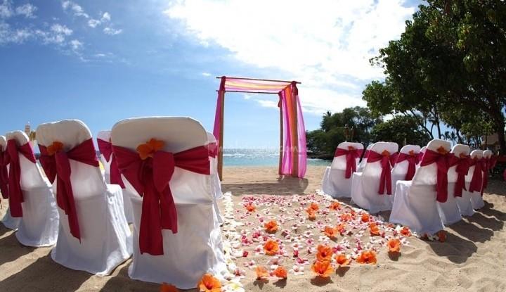 hawaii-Beach-dream-wedding-with-orange-and-pink-theme